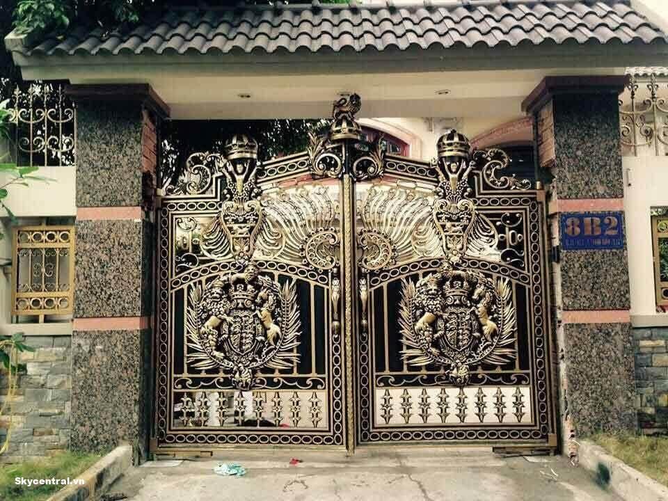 Hình ảnh cổng nhà hai cánh cân bằng nhau.