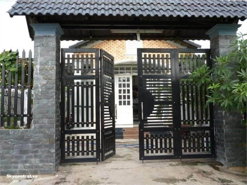 Cổng nhà bốn cánh phù hợp với những ngôi nhà có không gian rộng.
