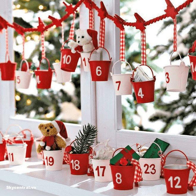 Kết hợp trang trí cửa sổ lớp học bằng các trò chơi, phần thưởng cho các bé dịp Giáng sinh.