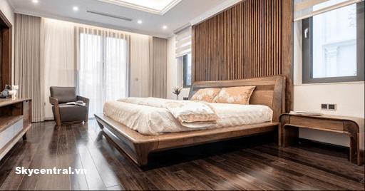 Vách đầu giường bằng gỗ tạo cảm giác ấm cúng.